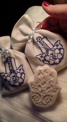Saquinho bordado em ponto cruz com sabonete