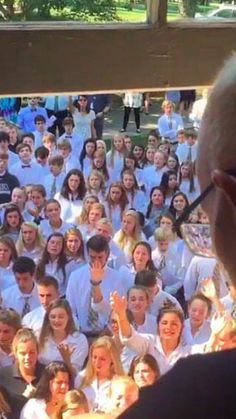 400 students come to cancer-stricken teacher's house to cheer him up