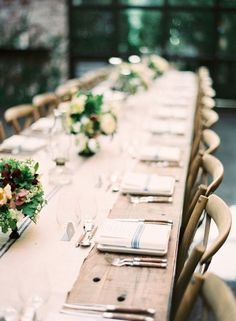 The rustic wedding event trend is always going strong, so every single day I recognize a little more unique projects and inspiration floating around the internet. Mod Wedding, Floral Wedding, Rustic Wedding, Wedding Reception, Reception Design, Table Wedding, Beautiful Table Settings, Wedding Decorations, Table Decorations
