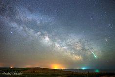 Croacia, resplandor verdoso del meteoro Líridas reflejado en las aguas del mar Adriático.