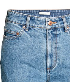 Blau. 5-Pocket-Jeans aus gewaschenem Denim. Die Jeans hat dunklere Partien hinten und schmal zulaufende Beine mit offenen Kanten an den Abschlüssen. Hoher