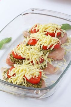 A delicious and easy mid week meal. Just 3 minutes prep and 30 minutes in the oven to make this Mozzarella, Tomato & Basil Pesto Chicken Chicken Recipes Healthy Quick, Healthy Meal Prep, Healthy Dinner Recipes, Healthy Eating, Cooking Recipes, Pesto Chicken Bake, Chicken Pesto Recipes, Easy Weeknight Dinners, Quick Meals