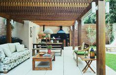 Essa varanda e churrasqueira foi coberta por um pergolado de madeira com forro ripadinho, uma ótima ideia para aumentar a sombra. Projeto Célia Mari Weiss.