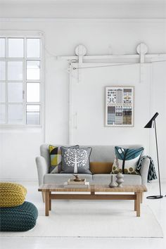nawww those knit cushions! so beautiful against the clean white. verything about this is just so cosy and nice. ^-^ Scandinavian interior