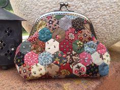 ¡Hola!    ¿Ya de vacaciones? si es que sí, a disfrutarlas, y si es que no... o bien ya las has disfrutado o bien seguro que te queda poq... Quilted Gifts, Quilted Bag, Coin Purse Wallet, Pouch, Embroidery Purse, Paper Quilt, Frame Purse, Fabric Handbags, Purse Tutorial