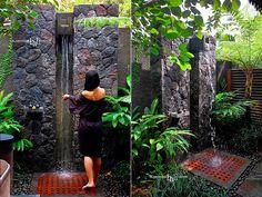 rock-wall-wooden-floor-garden-shower-ideas.jpg (665×500)
