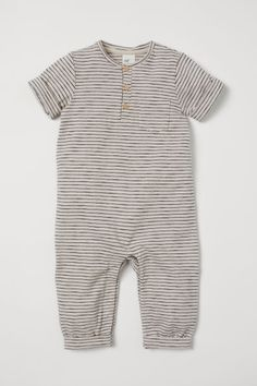 Short-sleeved romper suit in soft, striped organic cotton jersey with buttons at the top and a chest pocket. H&m Baby, Baby Kids, Baby Boy Fashion, Fashion Kids, Baby Outfits Newborn, Baby Boy Outfits, Pyjamas, Gilet Costume, Romper Suit
