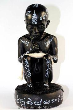 Magische Guman Thong Kaban Saprue Statue des ehrwürdigen Luang Phu In Kema Tehwo, Abt des Wat Nong Mek, Tambon Tha Tum, Amphoe Tha Tum, Changwat Surin, Isan, Nordostthailand, aus dem Jahr BE 2554 (2011). Der ehrwürdigen Luang Phu In erschuf die Statue in einer Kleinserie von nur 999 Stück und beschrieb jede Statue handschriftlich mit Glückschenkenden und Schützenden magischen Formel…