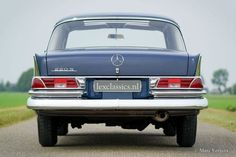 Mercedes-Benz 220 S year Colour blue with a grey cloth interior. This magnificent Mercedes-Benz 220 S is in unique original concourse condition! The 220 S was sold … Mercedes Benz 220, Mercedes Benz Cars, Bmw Classic Cars, Classic Mercedes, Retro Cars, Vintage Cars, M Benz, Best Muscle Cars, Cars For Sale