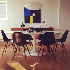 Sleek Eames Dowel Leg Side chairs for the win! Pair it with a classic Saarinen table and some mid-century art, and you've got a masterpiece of a dining area. Saarinen Tisch, Saarinen Table, Dining Table Chairs, Round Dining Table, Dining Area, Dining Room, Eames Chairs, Room Chairs, Side Chairs