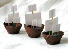 Piratenscheepjes van eierdozen! Vullen met blauwe M's... #traktatie