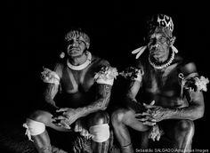 O mais conhecido e o mais célebre pajé do Alto Xingu se foi aos 82 anos. Takumã Kamaiurá que aparece à direita na foto de Sebastião Salgado, ao lado do filho Kotoki, vivia na aldeia Ipavu, e sempre foi muito influente no Alto Xingu, tanto do ponto de vista espiritual quanto político.