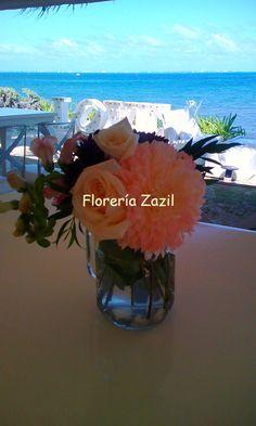 Bodas en playa. Flores  para bodas y eventos en Cancún y Riviera Maya. #bodascancun #floreriasencancun #floreriazazil