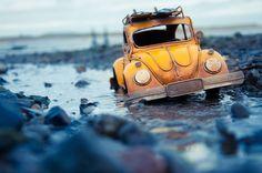 VW-Käfer im Matsch gestrandet