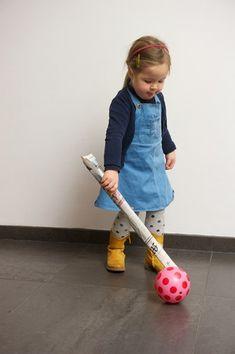 Begeleide of zelfstandige activiteit - Dribbelen met een krant en een bal.