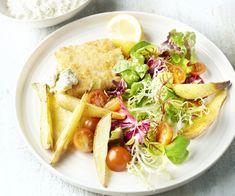 """Koolvis is een lekker stevige vissoort en perfect om deze heerlijk krokante visfilets mee te maken. Dit is onze gezondere versie van de Britse klassieker """"fish & chips"""": er komt geen friteuse aan te pas en we serveren er een lekker frisse salade en een zelfgemaakte tartaarsaus bij. Genieten! Fish And Chips, Hummus, Cobb Salad, Nom Nom, Tacos, Mexican, Healthy Recipes, Cooking, Ethnic Recipes"""