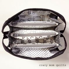 crazy mom quilts: sew together bag (with zipper modifications) Sewing Makeup Bag, Sewing Caddy, Sew Together Bag, Patchwork Bags, Diy Quilted Bags, Small Sewing Projects, Pencil Bags, Craft Bags, Purse Patterns