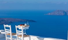 In Greece can be found some of the best located and relaxing cafeterias in the world. In this list, you'll find the ones with the most picturesque views! Best Hotels In Greece, Hotels In Santorini Greece, Santorini House, What A Wonderful World, Hotel Room Design, Space Architecture, Greece Travel, Amazing Destinations, World Heritage Sites