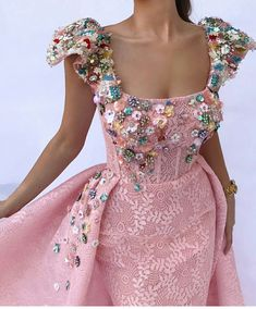 Details - Pink color - Mesh/Net flowery fabric - Handmade flowers embroidery - Ball-gown dress with waist definition - Party and Evening dress Gala Dresses, Ball Gown Dresses, Event Dresses, Formal Dresses, Wedding Dresses, Classy Outfits, Fall Outfits, 3d Mesh, Color Rosa