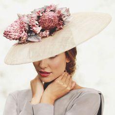 Seguimos en temporada alta de bodas y en Style Lovely decimos SÍ a los tocados para invitadas. Pamelas, canotiers, tiaras... Escoge el que más vaya contigo