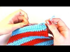 Left Hand Beginner Crochet: How to Weave in Loose Yarn Ends - Pinvhouse Crochet Vs Knit, Puff Stitch Crochet, Crochet World, Hand Crochet, Easy Crochet Blanket, Crochet Blanket Patterns, Left Handed Crochet, Beginning Crochet, Fingerless Mitts