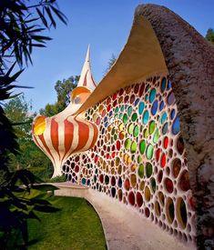 La façade de cette étonnante résidence composée de différents carreaux de couleur