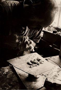 Claes Oldenburg in Paris, ca 1964 Archives Of American Art, Swedish American, Claes Oldenburg, Installation Art, Art Installations, Process Art, Black N White Images, Portraits, Famous Artists