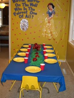 Snow White and the Seven Dwarfs Birthday Party kids' table