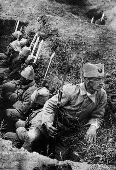 When turkish army wait in trench against greek army.(Turkish War Of Liberation) Turkish War Of Independence, Independence War, Turkish Soldiers, Turkish Army, Turkish Military, Ww1 Soldiers, Wwi, Martyrs' Day, Turkey History