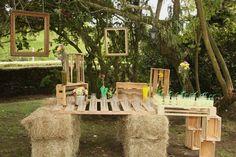 Mesa de jugos con pacas de heno y guacales www.docebodas.com