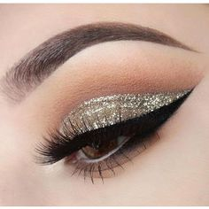 How gorgeous is this #wingedliner and #cutcrease?! #makeup #magic #style #beauty #kawaii #kawaiigirl #eyelashes #pestañas #まつげ #속눈썹 : @xelliiss.  #makeupoftheday #sparkle #holidaymakeup