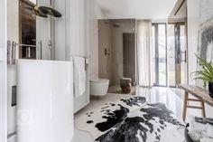 Dispozice domu je rozdělena do dvou podlaží. Strohá geometrie s pravoúhlými liniemi nábytku a prostorové bílé struktury probíhají interiérem a tím celý prostor… Minimalism, Bathtub, Bathroom, Furniture, Design, Home Decor, Style, Concept, Full Bath