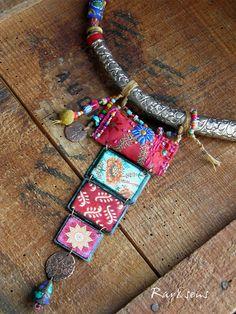 * * * Escale au Tibet * * * Le pendentif de ce collier est réalisé avec une succession de pièces en cuivre et en tissus brodé aux couleurs enchantées.... Deci-delà; médailles en cuivre, perles heishi en turquoise tibétaine, des perles tibétaines avec incrustation de turquoise, corail ou