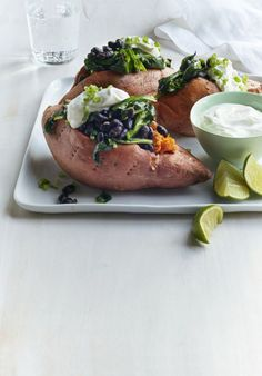 This dinner flavorful, colorful, and absolutely packed with healthy fiber. Recipe: Sweet Potatoes Stuffed with Black Beans and Spinach Spinach Recipes, Vegetarian Recipes, Cooking Recipes, Healthy Recipes, Vegetarian Dish, Healthy Options, Healthy Foods, Diet Recipes, Kitchens