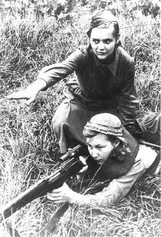 DMP-F94 FEMALE RUSSIAN SNIPERS WWII    		Russian women training for the sniping job. The girll with the rifle  is not using uniform, so she probably was a partisan. WWII