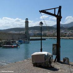 Hafeneinfahrt und Alter Leuchtturm am Venzianischen Hafen von Rethimno / Kreta, Griechenland, April 2013