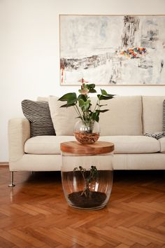 Pflanzen schaffen eine entspannte Atmosphäre, kombiniert nit Design sollten sie in keiner modernen Wohnung fehlen! Couch, Table, Furniture, Design, Home Decor, Live Plants, Modern Condo, Room Interior, Home Decor Accessories
