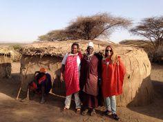 Colleta (manager y guía de Udare Safari) con Diana junto a una manyatta (casa) masai. Por Diana. Septiembre 2015