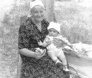 Мне несколько месяцев. Моя самая любимая прабабушка Женечка. Me a few months. My favorite great-grandmother Genia.