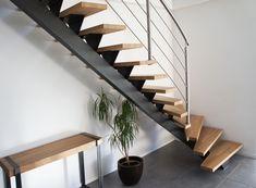 Escalier à limon central en acier peint et marches en chêne