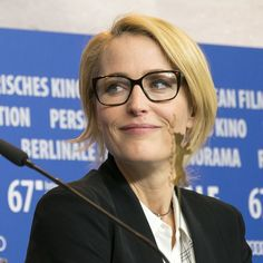 summer wardrobe for over 50 - Gillian Anderson - Wikipedia Gillian Anderson, Dana Scully, Canada, Ring Set, Birthday Gifts For Women, American Women, Feminine Style, Beautiful Actresses, Peru