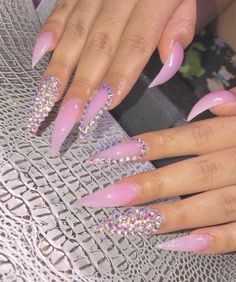 The advantage of the gel is that it allows you to enjoy your French manicure for a long time. There are four different ways to make a French manicure on gel nails. Long Stiletto Nails, Long Acrylic Nails, Nail Swag, Nagel Bling, Aycrlic Nails, Coffin Nails, Colorful Nail, Fire Nails, Birthday Nails