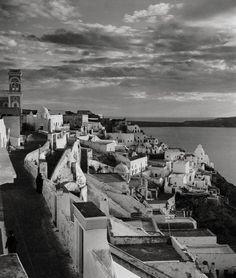 1937 ~ Fira, Santorini (photo by Herbert List) Fira Santorini, Santorini Sunset, Santorini Island, History Of Photography, Modern Photography, Greece Photography, Herbert List, Old Pictures, Old Photos