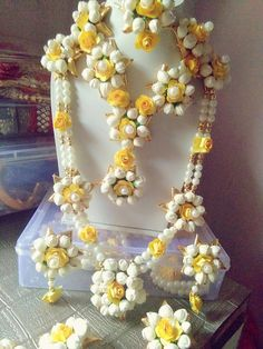 Price For Gold Jewelry Refferal: 5356275979 Wedding Stage Decorations, Garland Wedding, Flower Decorations, Flower Jewellery For Mehndi, Flower Jewelry, Gold Jewelry, Jewellery Diy, Fabric Jewelry, Bridal Jewellery