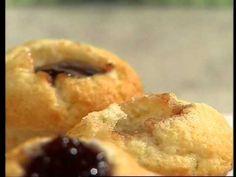 Encuentra el texto completo de esta receta en http://elgourmet.com/receta/cupcakes-de-frambuesa-y-banana-con-chips-de-chocolate    elgourmet.com - Una receta de Pamela Villar