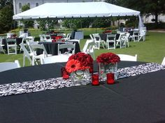 Decoración de boda en negro con manteles estampados