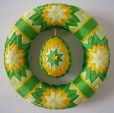 I'd love to get instructions for this wreath! Quilted Christmas Ornaments, Christmas Ribbon, Holiday Wreaths, Holiday Crafts, Christmas Decorations, Ribbon Art, Ribbon Crafts, Folded Fabric Ornaments, Diy Ostern