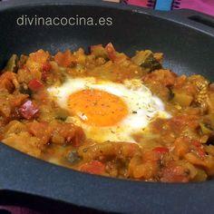 Este pisto con huevos hay que servirlo bien caliente, recién hecho, y podemos acompañarlo con unas rebanadas finas de pan frito que también nos sirven para decorar el plato.