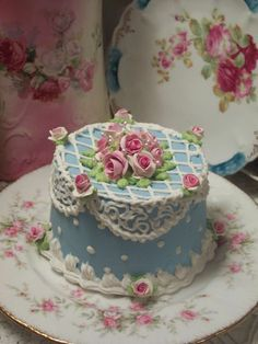 cake shabby decorated with roses Pretty Cakes, Beautiful Cakes, Amazing Cakes, Fancy Cakes, Mini Cakes, Cupcakes, Cupcake Cakes, Fake Cake, Dream Cake
