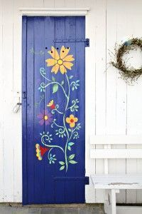 stenciled door - how pretty!